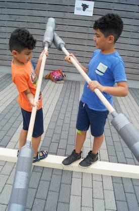 Yassin und Ohar vergnügen sich beim spielerischen Duellieren.