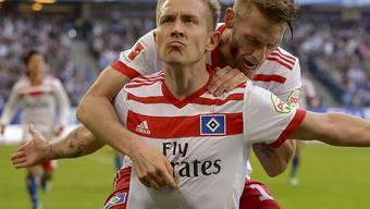 Dürfen nach dem Sieg gegen Freiburg wieder leise auf den Ligaerhalt hoffen: die Hamburger Spieler Lewis Holtby (vorne) und Aaron Hunt