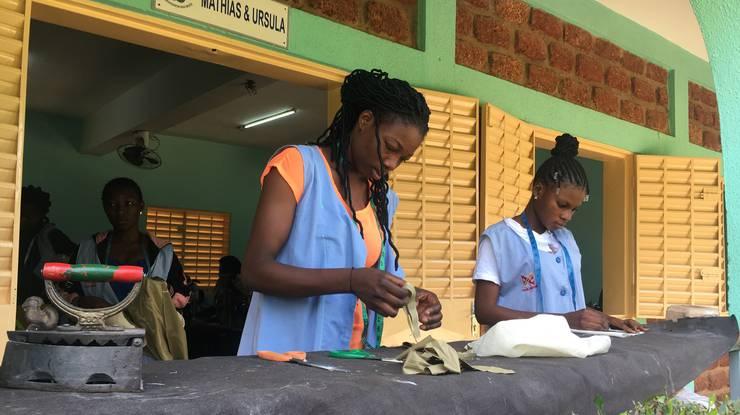Die Lernenden werden als Schneiderinnen, Kosmetikerinnen oder Friseurinnen ausgebildet.