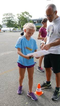 Lotta bespricht mit ihrem Lehrer die geplante Route.