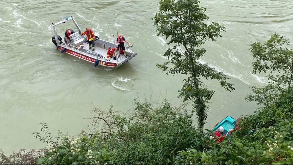 Fischer in Not: In Laufenburg rettet die Feuerwehr ein Boot aus den reissenden Fluten