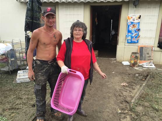 Mario Schaffner, der Freund der Nichte, hilft beim Aufräumen. Der Lebensmittelladen von Elsbeth Byland ist total überflutet worden. Praktisch alles muss entsorgt werden.