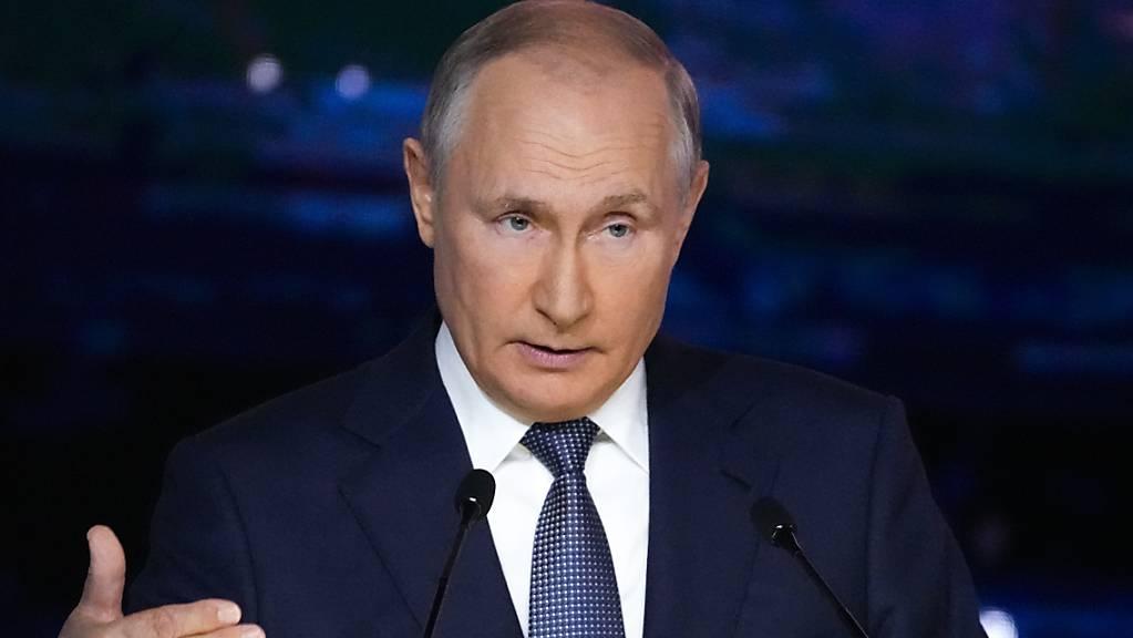 Wladimir Putin, Präsident von Russland, gestikuliert bei seiner Rede während einer Plenarsitzung auf dem Östlichen Wirtschaftsforum (03.09.2021).