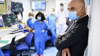 Gesundheitsminister Alain Berset und seine sechs Kollegen stehen vor schwierigen Entscheiden. Hier besucht Berset eine Klinik in Neuenburg.