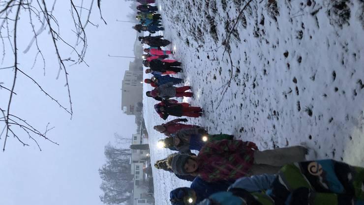 """Knapp 50 Kinder und 4 Leiterinnen der Jugi Wangen bei Olten starteten das Abenteuer """"Winterwanderung"""""""