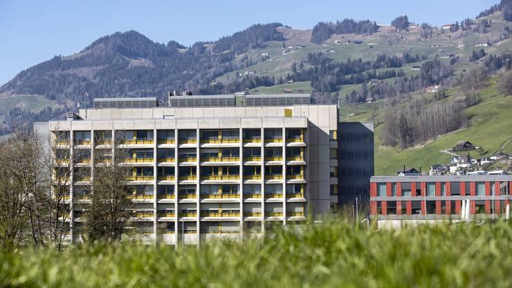 Ländliche Spitäler wie hier in Schwyz könnten unter Druck geraten, befürchten Gegner der Reform.