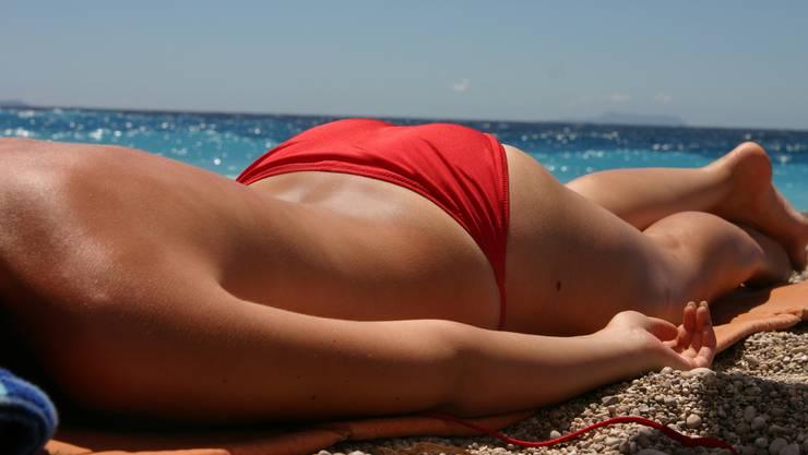 frau im bikini zieht sich aus