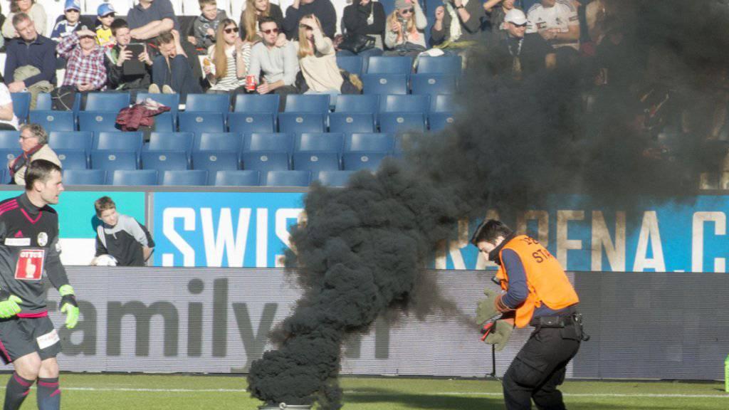 In den ersten sieben Minuten des Spiels zwischen dem FC Luzern und dem FC St. Gallen im Februar 2016 warf der Ostschweizer Fan vier Pyrogegenstände auf das Spielfeld.