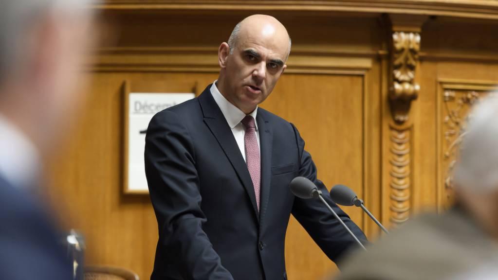 Bundesrat Alain Berset empfahl im Nationalrat ein Nein zur Pflegeinitiative, wollte aber über den Gegenvorschlag diskutieren. (Archivbild)