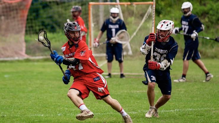 Schläge auf den Stock sind im Lacrosse erlaubt - hier ist der Stock aber gut versteckt. (Bild: delevenphotography.com)