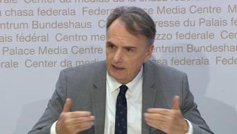 Mario Gattiker vom Staatssekretariat für Migration SEM kündigte an der Pressekonferenz an, dass die vollständige Personenfreizügigkeit mit Deutschland, Frankreich und Österreich am 15. Juni wieder hergestellt werden soll. Reisen über diese Länder sind dann wieder möglich.