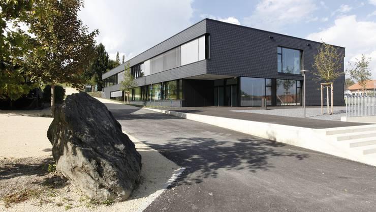 Das neu erbaute Schulhaus von aussen