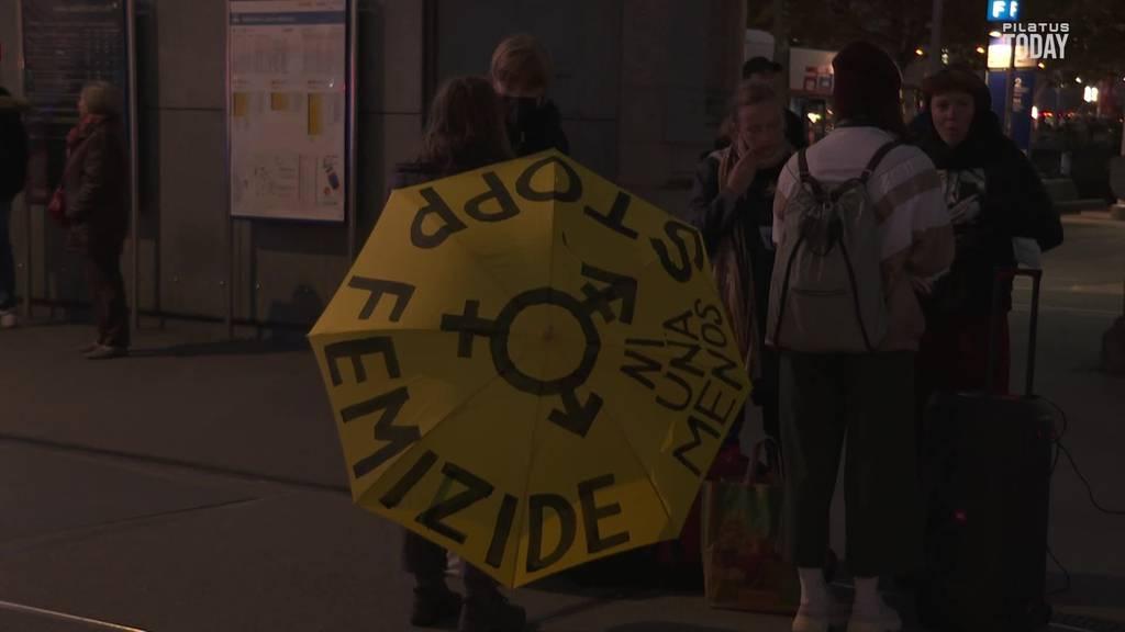 Kundgebung gegen Femizide: 100 Menschen versammelten sich auf dem Bahnhofsplatz