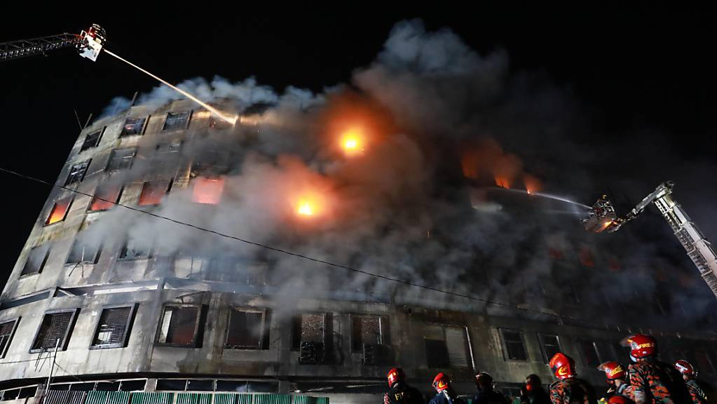 Feuerwehrleute löschen einen Brand in einem Gebäude einer Lebensmittelfabrik in Dhaka. Nach Angaben der Behörden sind mindestens 52 Menschen ums Leben gekommen.