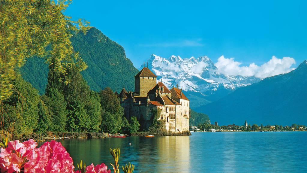 Der Heimatschutz kritisiert den Geiz des Bundes beim Erhalt von Baudenkmälern: Postkarte des Schlosses Chillon in Veytaux VD. (Archivbild)