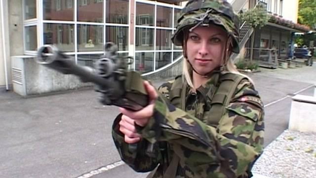 Frauen an die Waffen: Das sagen Armeeangehörige und eine Frauenrechtlerin.