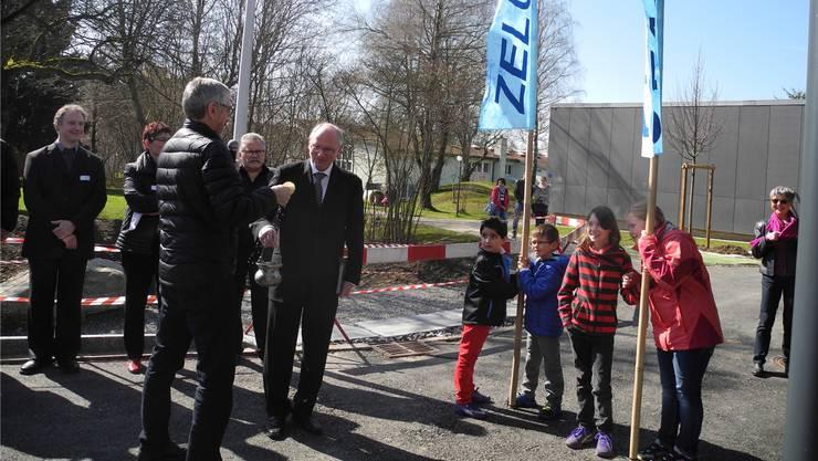 Der reformierte und der katholische Pfarrer segnen gemeinsam die Fahnen, die symbolisch für die Schulhäuser Zelgli und Stalden stehen. Dominique Bitschnau