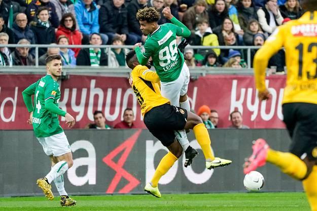 Der fatale Zusammenprall: Yannis Letard kracht mit Jean-Pierre Nsame zusammen, fällt auf Rücken und Kopf – und muss das Spielfeld verlassen.