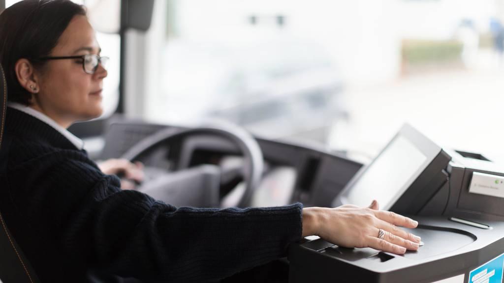 Tickets können wieder direkt im Bus gekauft werden: Postauto passt Schutzkonzept an