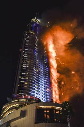 """Das 63 Stockwerke hohe Luxushotel """"The Address"""" im Zentrum der Golfmetropole der Vereinigten Arabischen Emirate brannte am Abend lichterloh."""