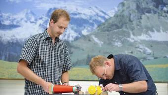 Severin Ramseyer (links) präsentiert seinen Prototypen dem Entwicklungsingenieur Tobias Leuppi von der Jakob Müller AG in Frick