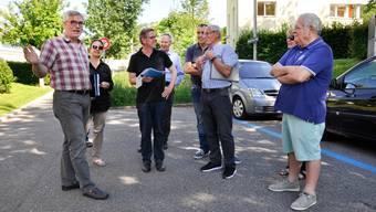 Der stellvertretende Baudirektionsleiter Urs Kissling (links) beim Treffen mit Roland Giger (3. von rechts) und weiteren Anwohnern an der Höhenstrasse West.