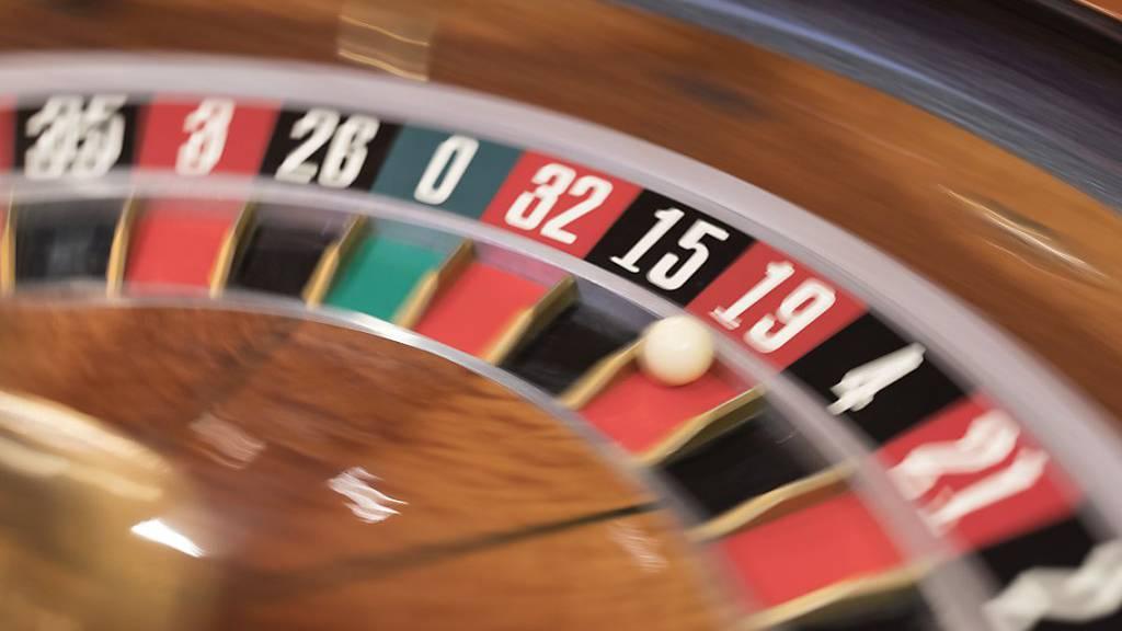 Illegale Geldspiele: Zwei Personen inhaftiert