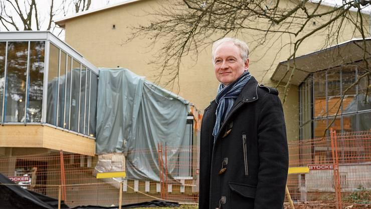 Uwe Heinrichs vor dem fast fertigen Kurtheater Baden: Ende April ist Schlüsselübergabe.