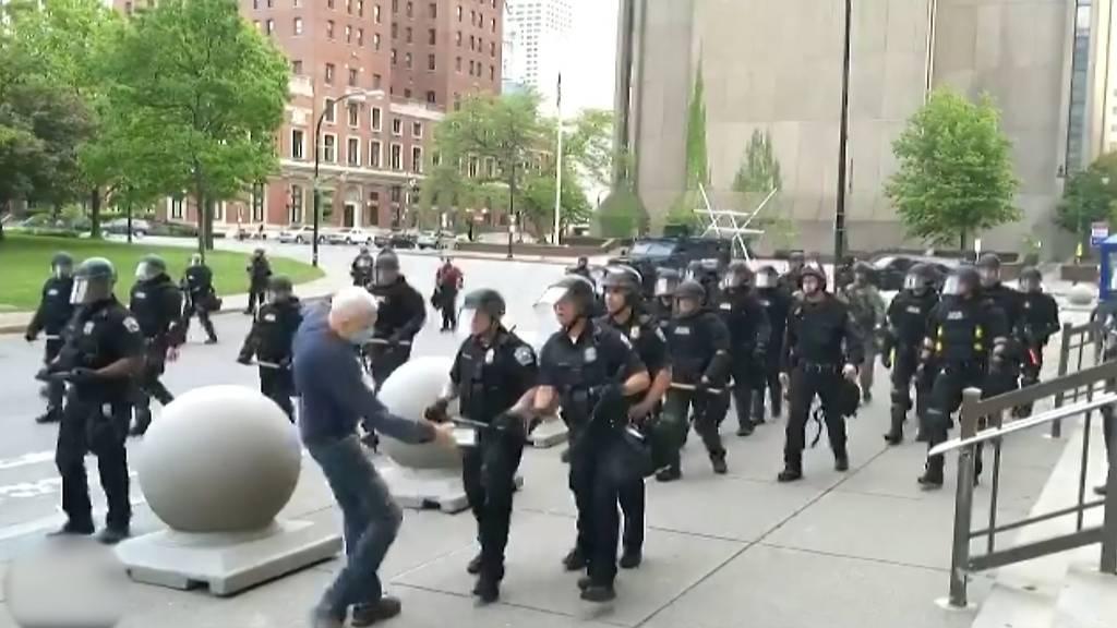 Polizeibeamte stösst 75-Jährigen auf Asphalt