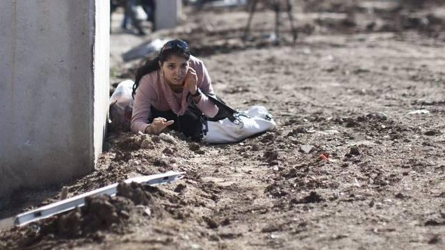Eine Frau sucht nach einem Sirenenalarm in Südisrael Schutz