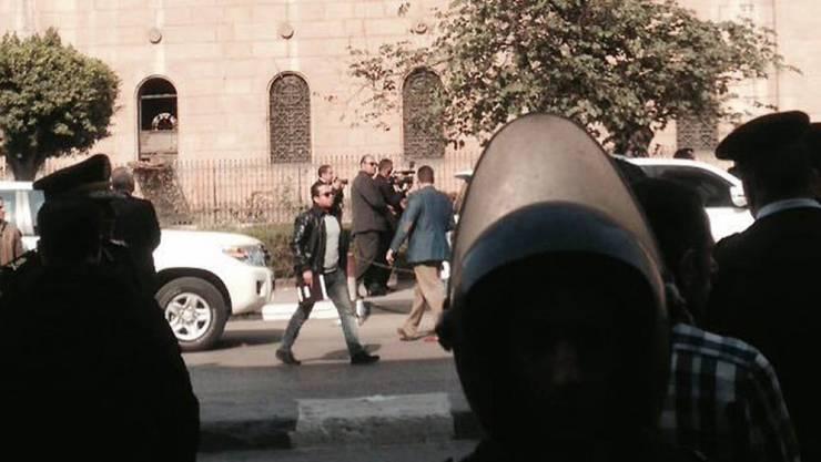 Polizisten sperren das Gebiet um die koptische Kathedrale in Kairo ab. Bei einem Bombenanschlag nahe der Kathedrale kamen mindestens 20 Personen ums Leben.