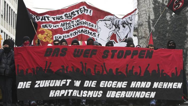 Solche Bilder wie hier aus Basel im Jahr 2006, als rund 1500 WEF-Gegner protestierten, sind selten geworden. Jetzt sind wieder so viele Demos wie kaum je angekündigt.
