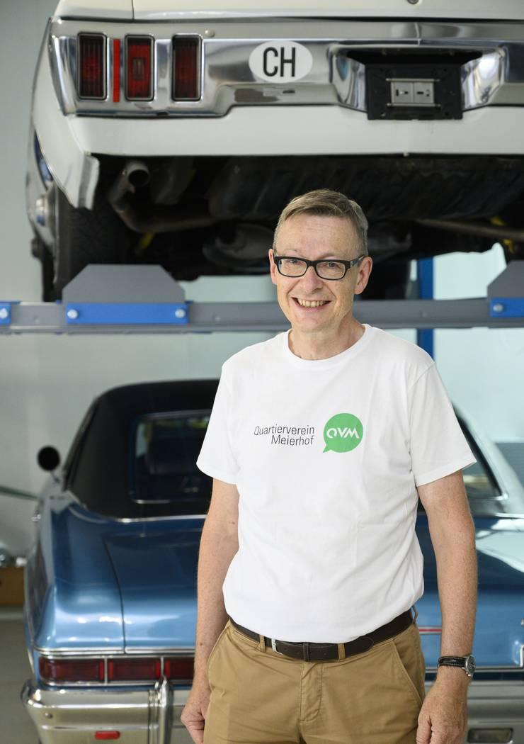 Lukas Frey, Co-Präsident Quartierverein Meierhof, vor seinen Chevrolets.
