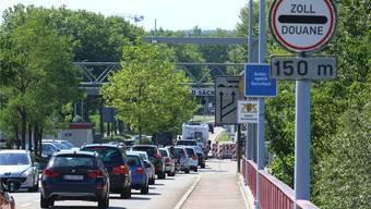 Anfang Juli 2017 führte die deutsche Bundespolizei aufgrund des G20-Gipfels in Hamburg verschärfte Kontrollen an den Grenzübergängen – hier am Zoll Stein/Bad Säckingen – durch. Dies sorgte mancherorts bei den Grenzübergängen für lange Wartezeiten.
