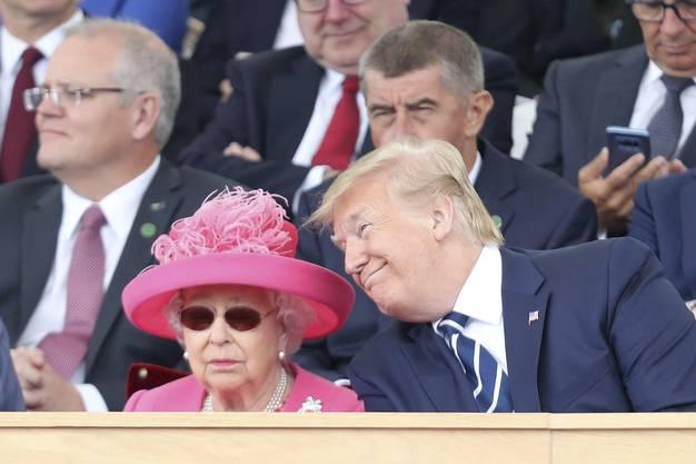 Die Queen (links) bleibt cool – trotz des Annäherungsversuchs Donald Trumps.