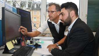 Harmonieren gut als Team: Röbi Koller (l.) begleitet Tony Abou Assaleh als «Götti» während dessen Einsatz in der Kreditorenabteilung.