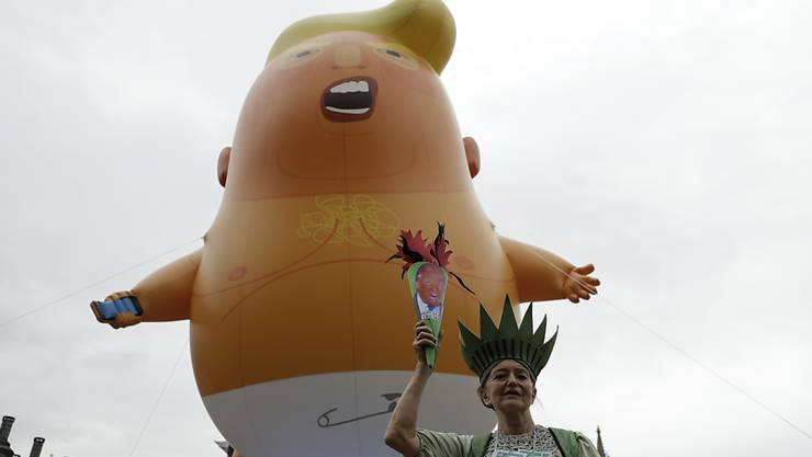 Auf fantasievolle Weise haben Demonstranten in London ihrem Unmut über den Staatsbesuch von US-Präsident Donald Trump Luft gemacht.
