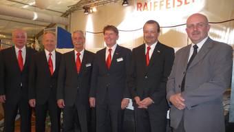 Die abtretenden Verwaltungsräte (v.l.) Beat Heiniger und Werner Bläsi sowie der Vorsitzende der Bankleitung, Marcel Michel, VR-Präsident Harry Stampfli, Stephan Julier (neuer Bankleiter) und Verwaltungsrat Roland Meyer.