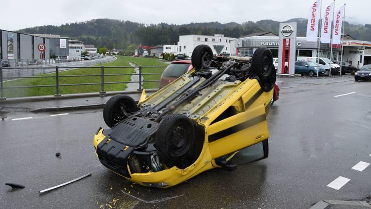 Am Mittwochmittag, kurz vor 12.30 Uhr, sind auf der Auerstrasse in Berneck SG zwei Autos zusammengeprallt, wobei sich eines überschlug. Dessen 23-jährige Fahrerin wurde dabei leicht verletzt.
