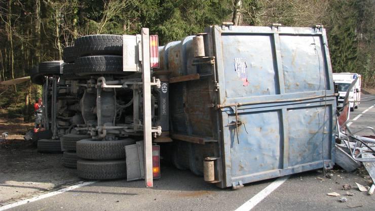 Das schwer beschädigte Fahrzeug blieb auf der Seite liegen.