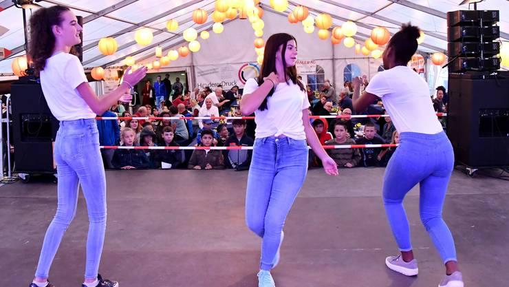 Die drei Tänzerinnen des Schweizerischen Tanznetzwerks «roundabout» zeigten auf der Bühne im Festzelt eine mitreissende Tanzeinlage.