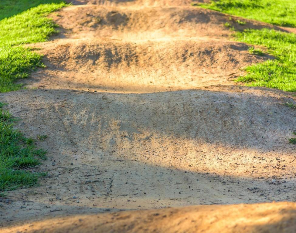 Ein Pumptrack ist ein Rundkurs für Velos mit Wellen, den man, bei richtiger Technik, ohne in die Pedalen zu Treten befahren kann. (© iStock)