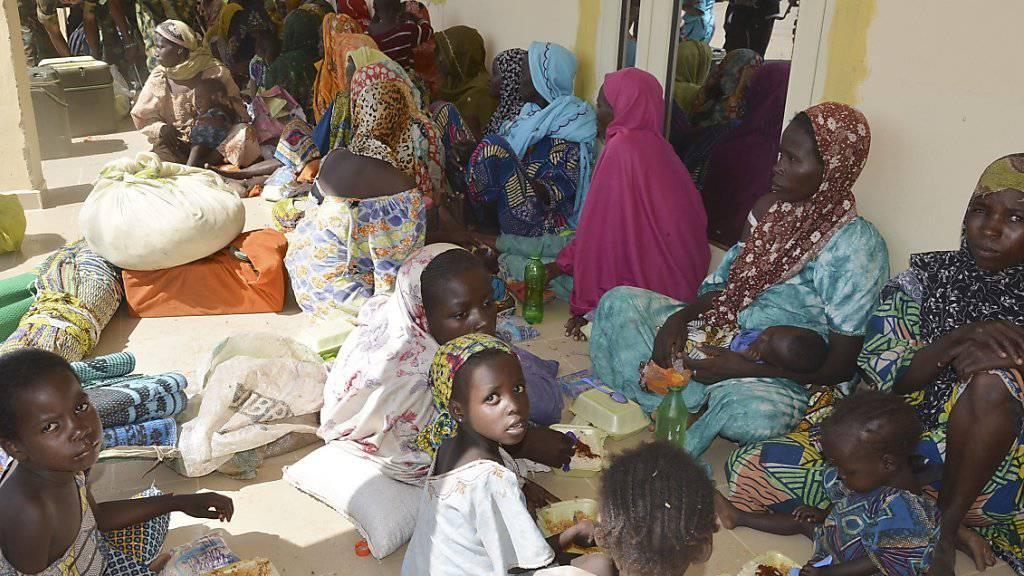 Frauen und Kinder vor einem Militärbüro im Nordosten Nigeria: Soldaten befreiten sie aus den Händen der islamistischen Terrorgruppe Boko Haram. (Archivbild)
