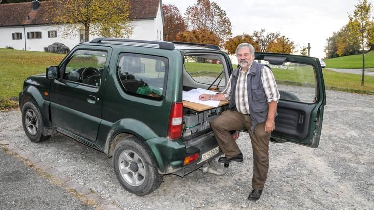 Noch ist im Heck seines kleinen Autos das mobile Kreisförster-Büro eingerichtet, ab April wird Erwin Jansen den Kofferraum für sein Reisegepäck brauchen.