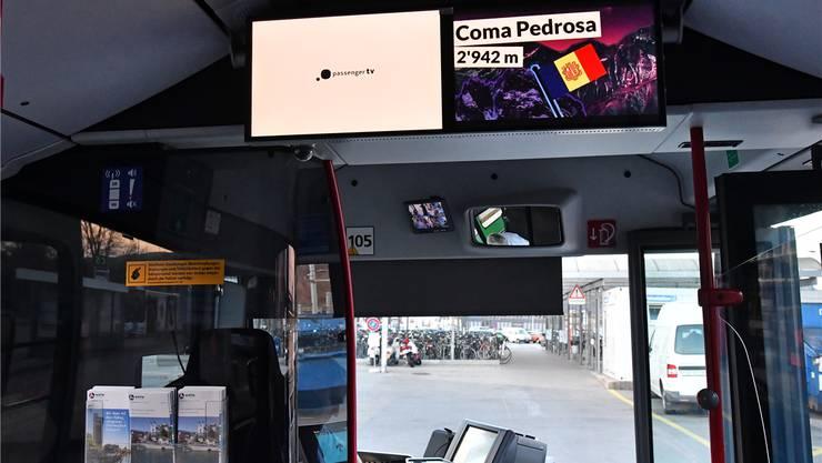 Coma Pedrosa, der höchste Berg Andorras, auf dem Bildschirm in einem BOGG-Bus am Oltner Bahnhof.