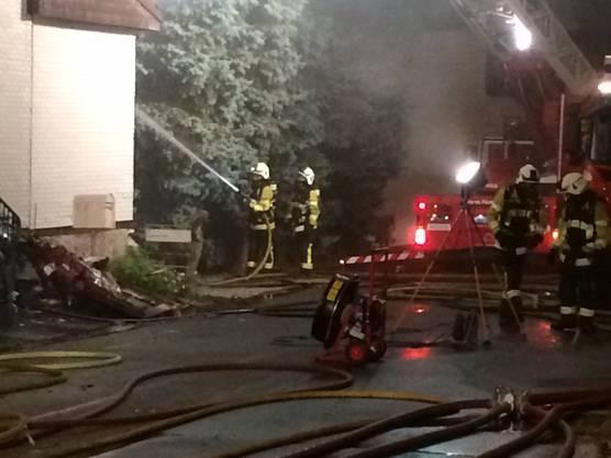 Sechs Bewohner wurden mit Verdacht auf Rauchvergiftung ins Spital gebracht