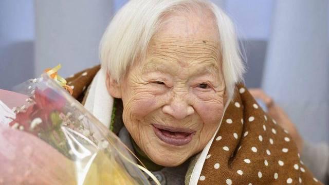Zum Geburtstag gibt es für Misao Okawa einen Blumenstrauss, Makrelen-Sushi und eine Torte