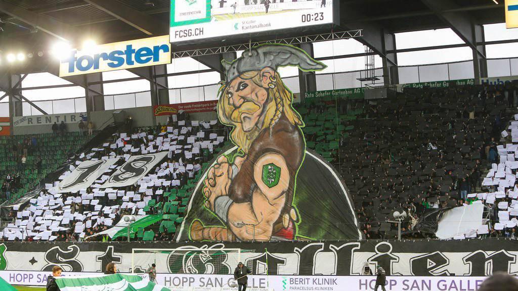 Auf in den Kampf: Die Choreographie der St.Gallen-Fans vor dem Heimspiel gegen die Grasshoppers.