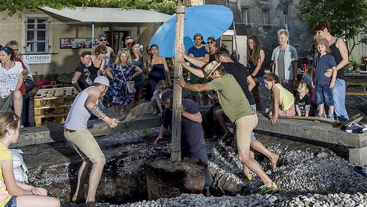 Die (illegale) Pflanzaktion vom 23. Juni auf dem Kornhausplatz.