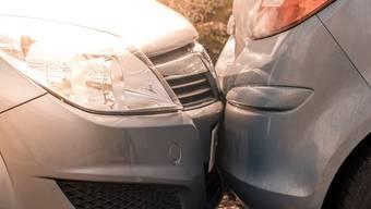 Der Autofahrer kollidierte mit einem parkierten Fahrzeug. (Symbolbild)